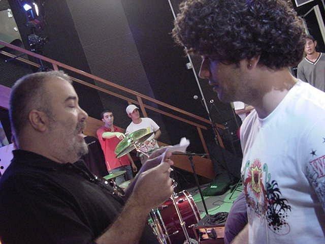 Nesta imagem, um momento gostoso, o grande amigo Orlando Brandão, que fazia a direção do programa (R.A). Orlandão estudava RTV e todos os dias passavamos horas discutindo o programa, as possibilidades, um grande parceirão mesmo - www.rogeriofaria.wordpress.com