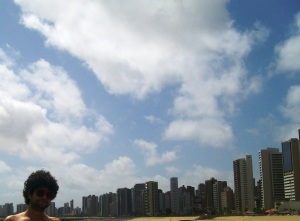 Fortaleza tem esse céu lindo, quente e muito vento