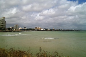 Fortaleza linda, mas com um problema que na verdade é do país todo, neste mar lindo caem esgoto da cidade ou seja imagina todos os dias a cidade vumitando no mar!!